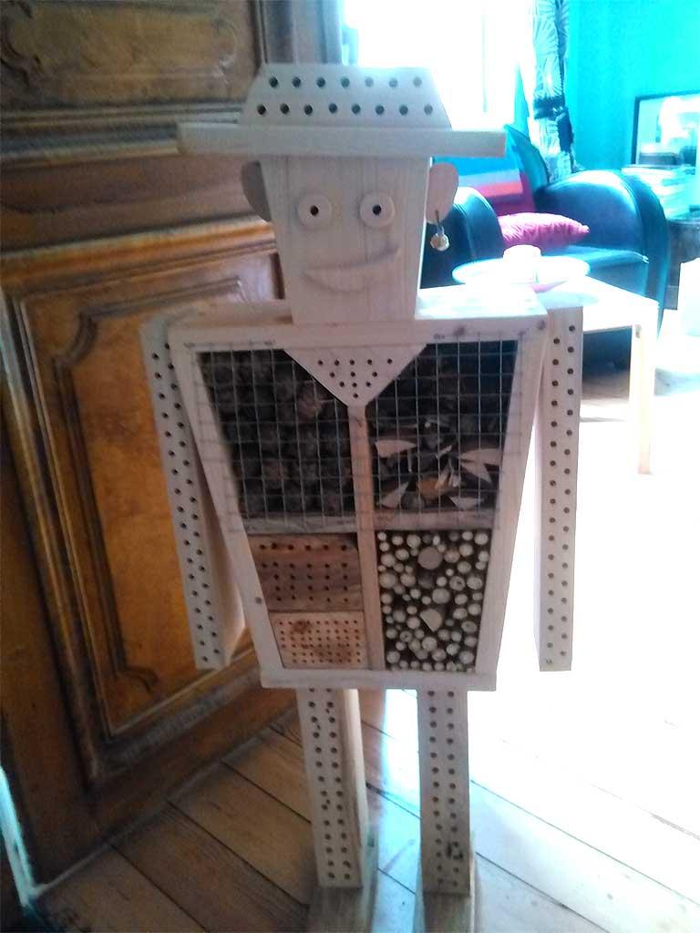 hôtel à insectes en forme de petit garçon en bois recyclé