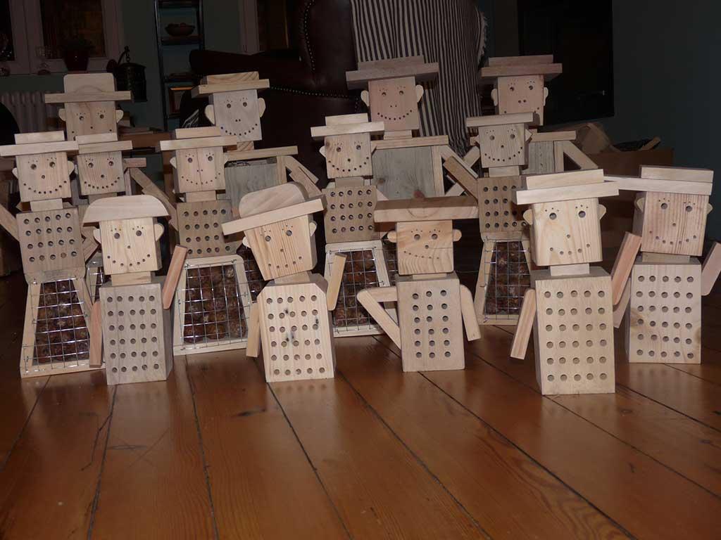 hôtel à insectes en forme de bonhomme en bois recyclé pour la société bus Artis